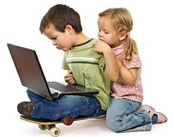 Bambini da soli che navigano in internet