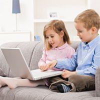 Bambini lasciati da soli a navigare in internet